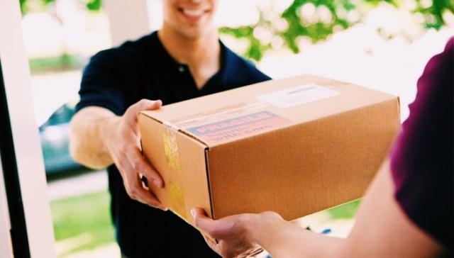 Pessoa recebendo mercadoria na logística de entregas.