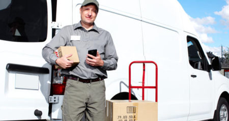 Motorista fazendo entrega com smartphone.