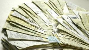 Pilha de notas fiscais.